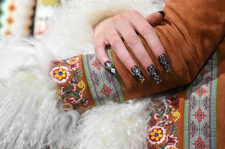 colori smalto inverno 2020 unghie lunghe forma quadrata nero con brillantini