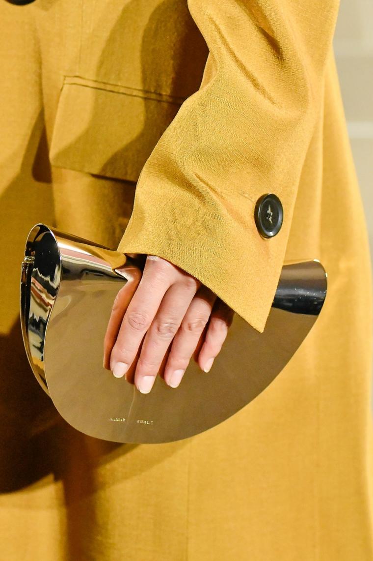 colori unghie 2020 smalto nude donna con borsetta e cappotto giallo manicure ovale corta