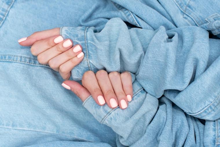colori unghie semipermanente manicure quadrata colore bianco donna con giacca in jeans