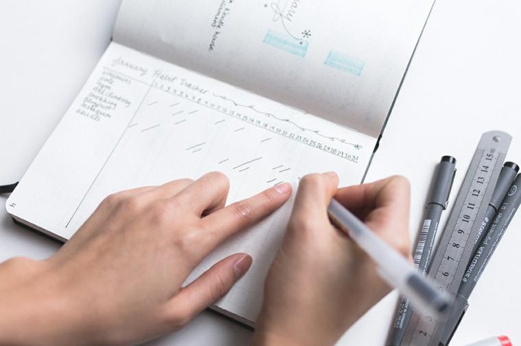 come fare un bullet journal righello penna agenda mensile mani donna disegno