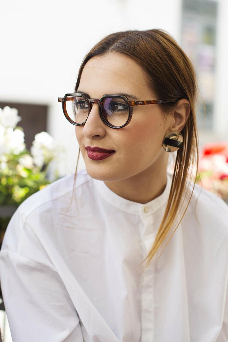 come scegliere gli occhiali da vista goccia montatura colore merrone rossetto donna camicia bianca