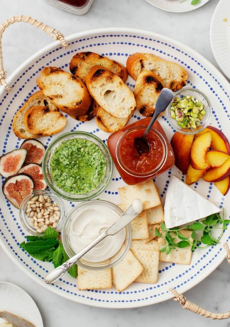 crostini di pane con controno di fichi e pesche stuzzichini veloci per aperitivo in casa