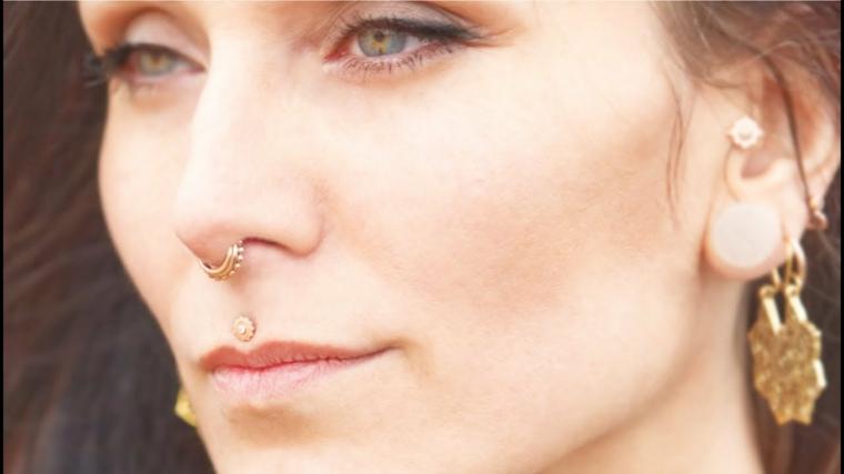 donna capelli castano piercing viso orecchino naso bocca sopra labbro