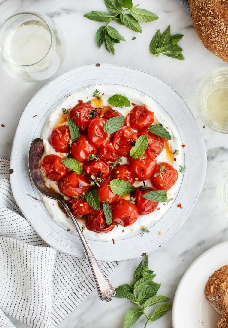 finger food da fare in anticipo piatto con base di yogurt e pomodorini grigliati con basilico