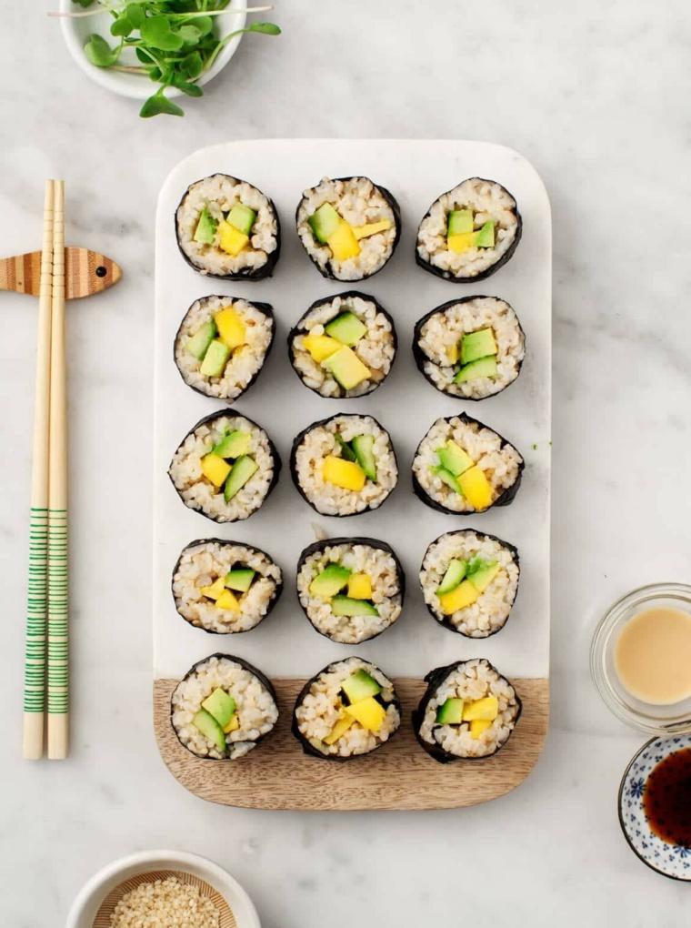 finger food da fare in anticipo tagliere con sushi di riso e avocado ciotole con salse