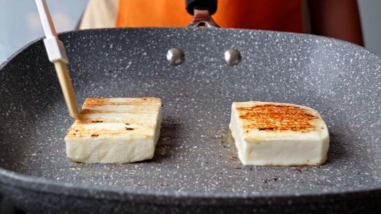 formaggio grigliato in padella stuzzichini veloci per aperitivo in casa