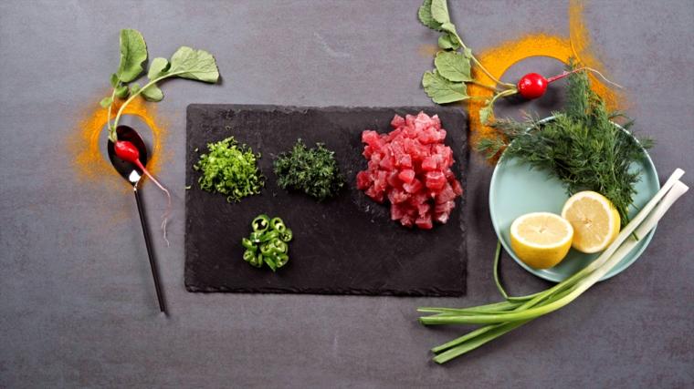 idee aperitivo a casa piatto con ingredienti tagliati tartare di tonno e avocado