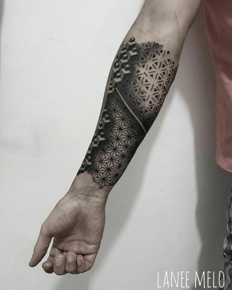 idee tatuaggi uomo braccio avambraccio di un uomo con motivi maori con disegno chiaro scuro