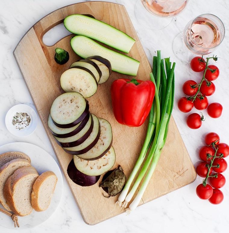 ingredienti tagliati su un tagliere di legno finger food da fare in anticipo