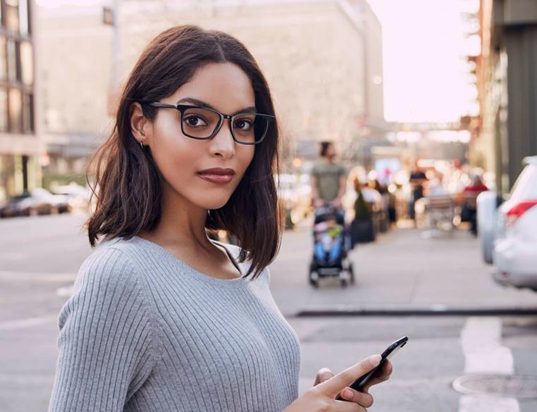 lenti colorate occhiali tondi da vista a chi stanno bene ragazza capelli caschetto marrone