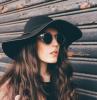 medusa piercing labbro superiore brillantino ragazza capelli castani mossi cappello