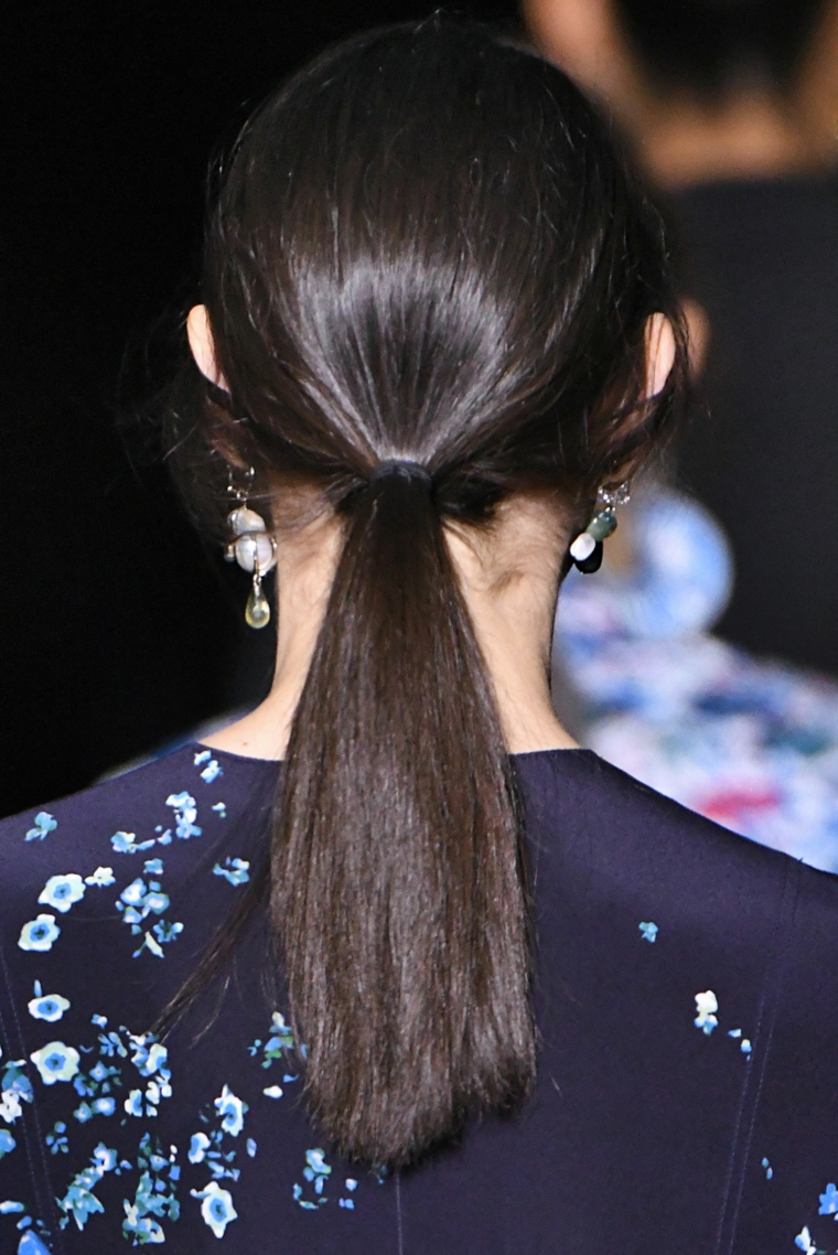 moda colore capelli 2020 donna acconciatura raccolto taglio medio lungo colorazione castano