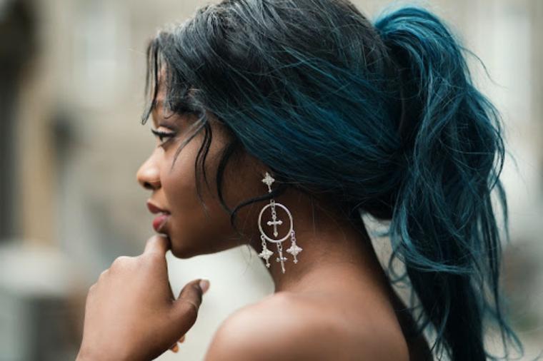 moda colore capelli 2020 donna taglio lungo colorazione nero blu orecchini