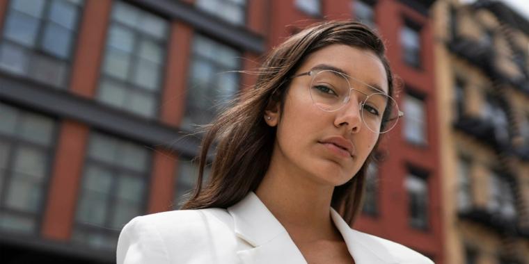 modelli occhiali da vista 2020 montatura metallo ragazza capelli lisci castani