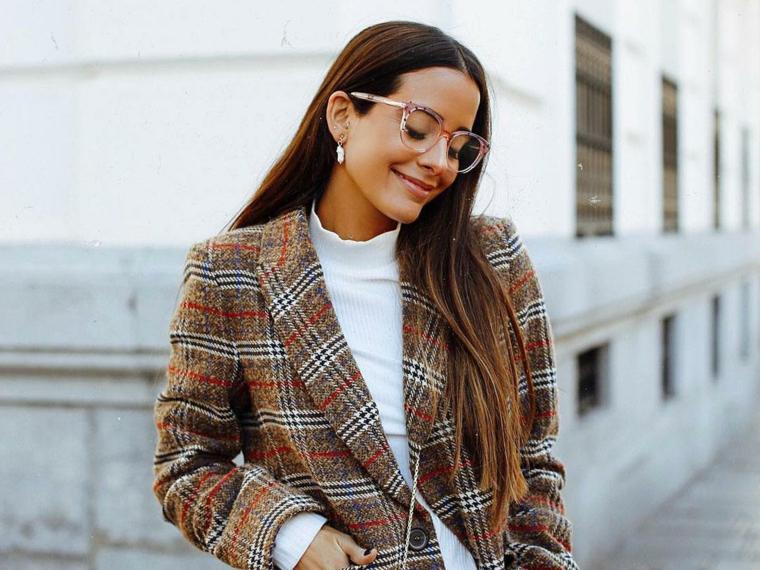 montatura over size occhiali da vista a goccia indossati trasparenti donna capelli castani lunghi lisci