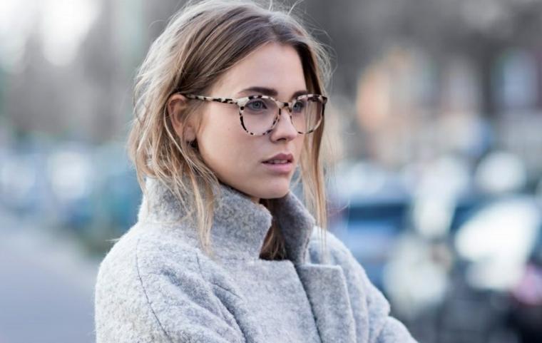montature da vista donna capelli biondi occhiali colorati ragazza