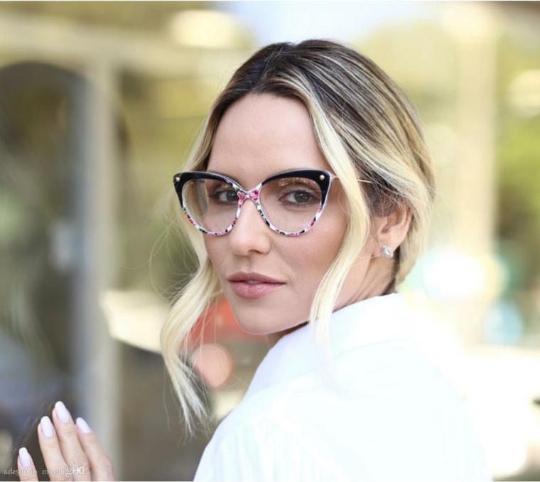 montature occhiali da vista donne 2020 modello cat eye capelli raccolti ciocche bionde ricci