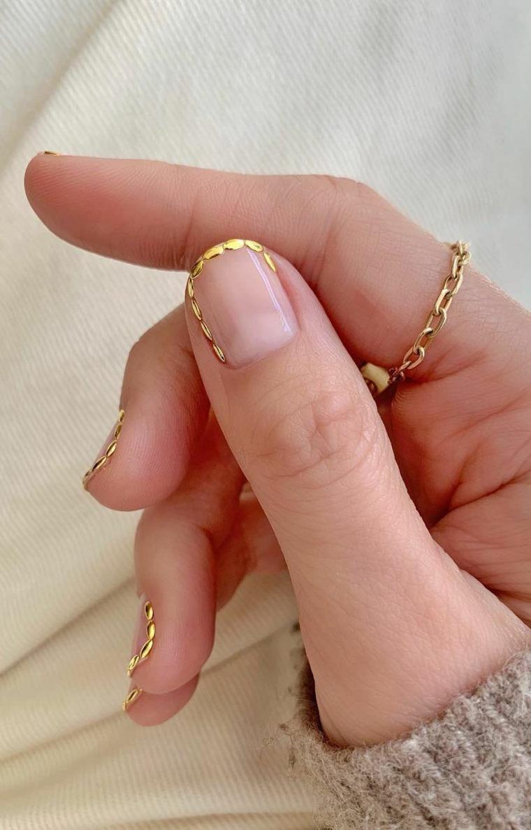 nail art autunno inverno 2020 unghie corte forma ovale con disegno cornice in oro