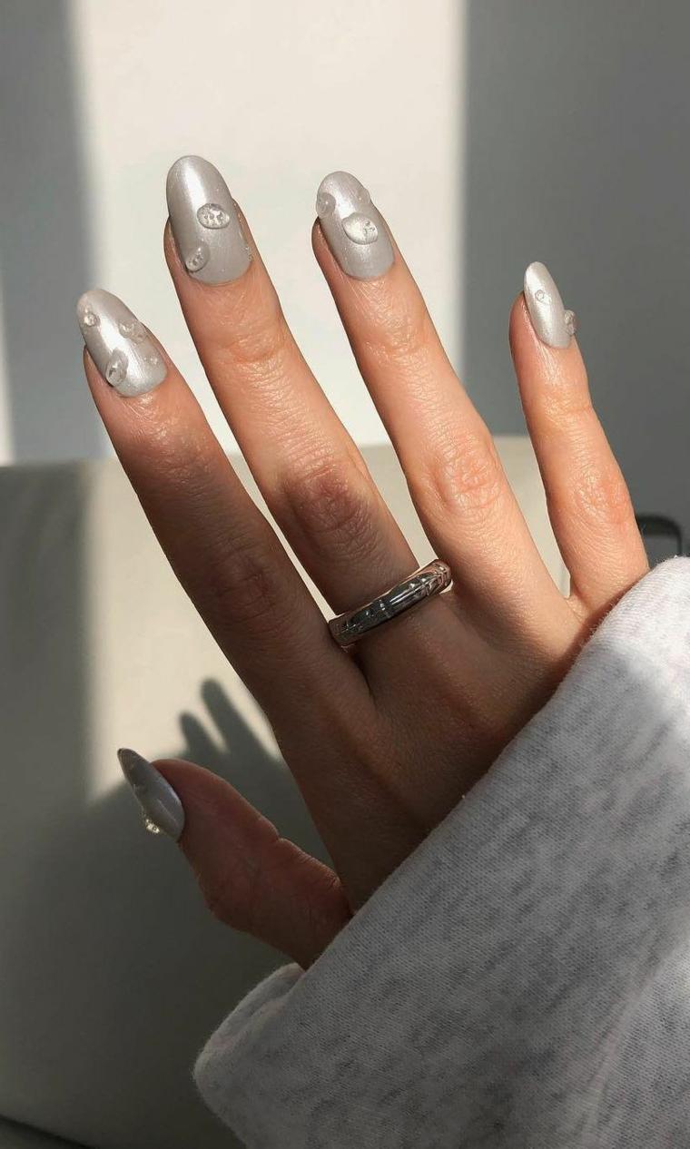 nail art smalto colore grigio effetto goccia manicure forma a mandorla