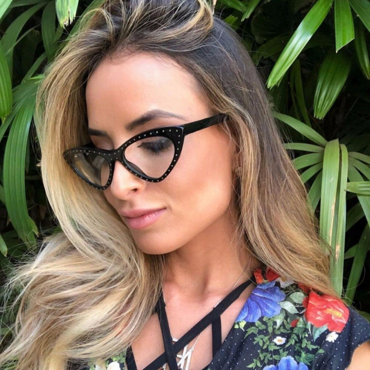 occhiali con brillantini modello cat eye colore nero donna capelli biondi mossi