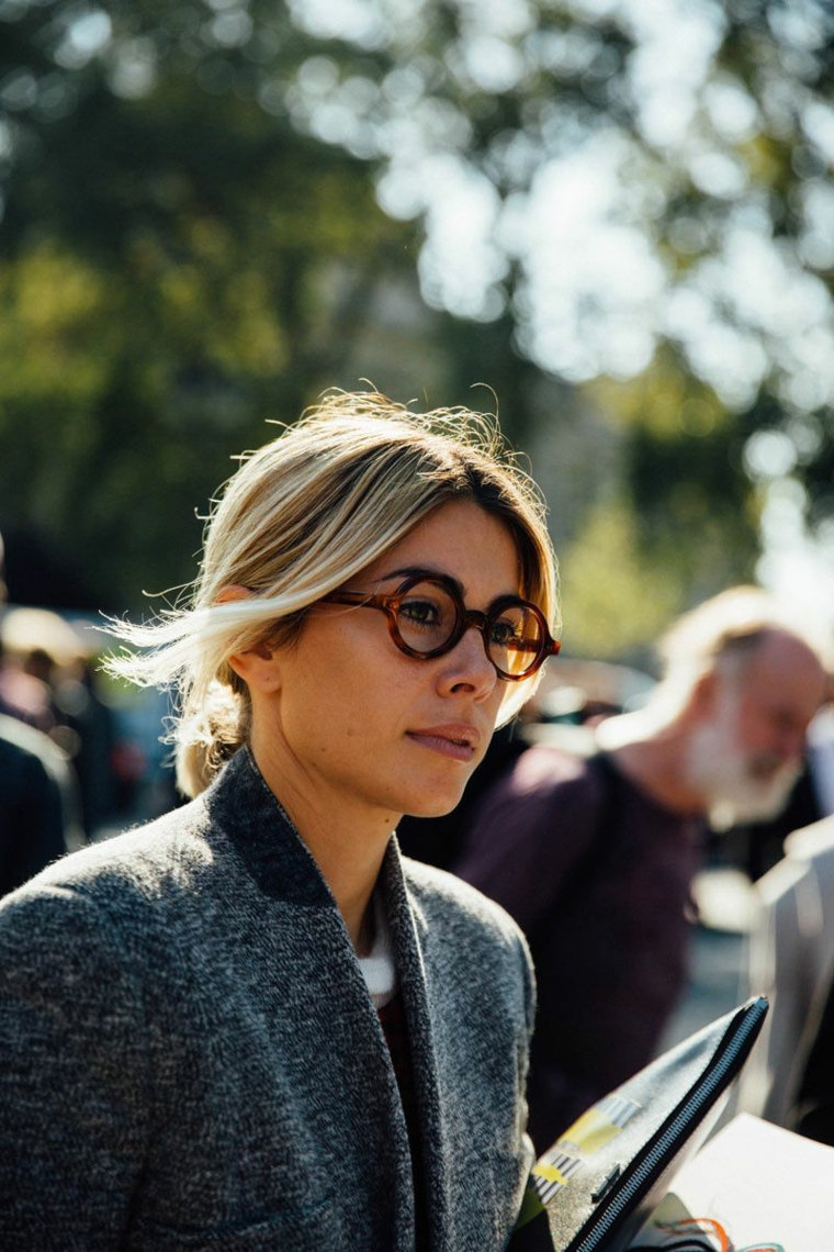 occhiali da vista a goccia indossati montatura acetato marrone donna capelli biondi