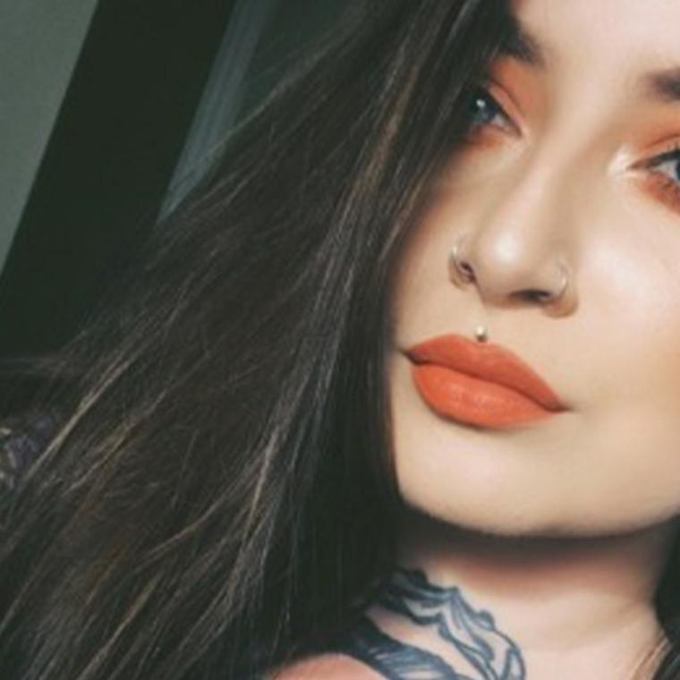 piercing sopralabbro in mezzo brillantino tatuaggi donna collo rossetto mat