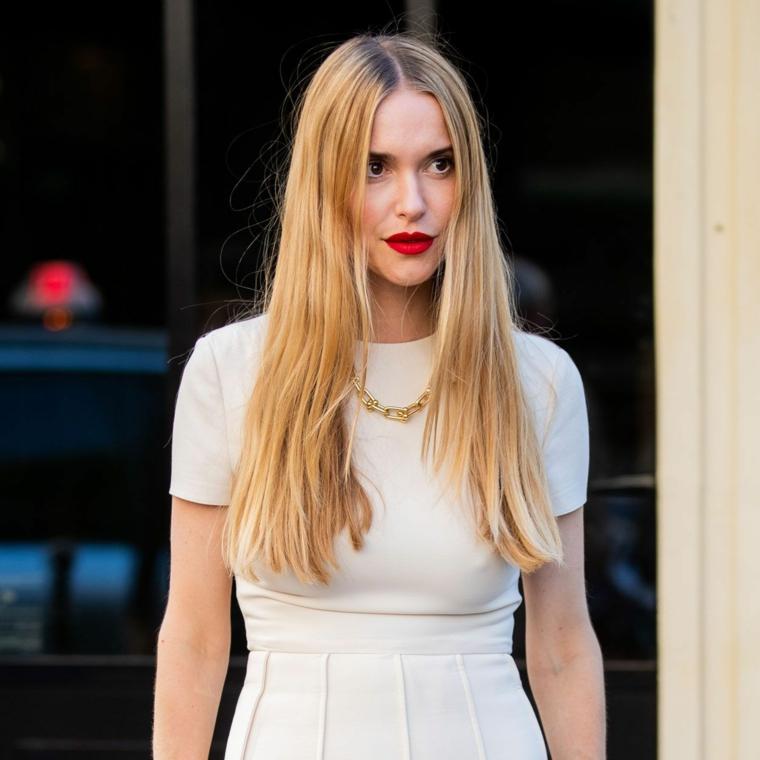 ragazza capelli lunghi lisci colore biondo rossetto rosso collana oro abito bianco