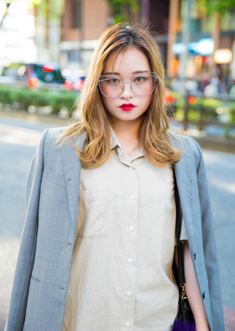 ragazza cinese capelli biondi montature da vista donna rossetto rosso giacca
