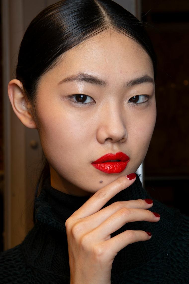 ragazza con manicure corta smalto rosso nail art autunno inverno 2020