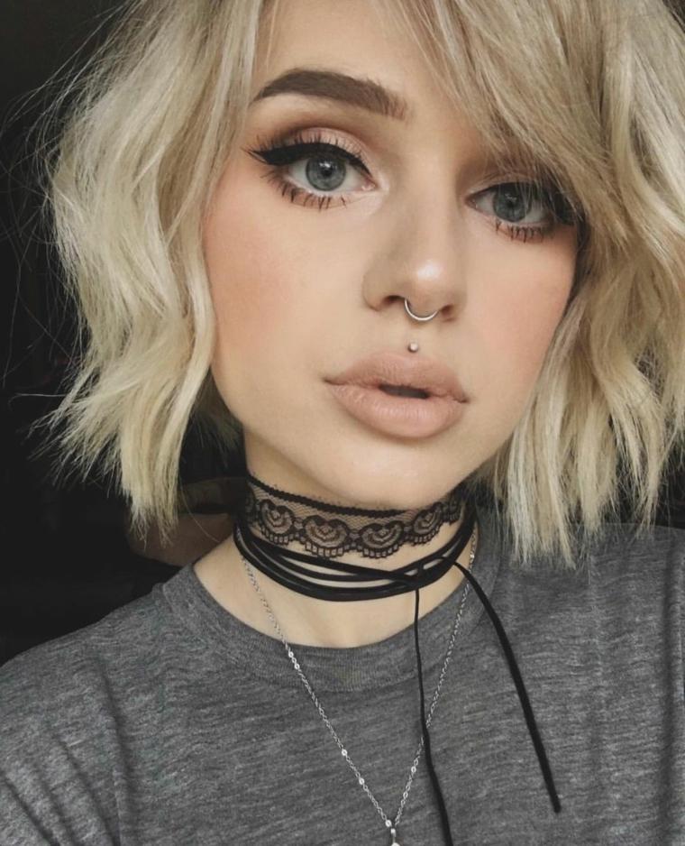 ragazza con piercing sulla bocca labbro superiore in mezzo pallina argento