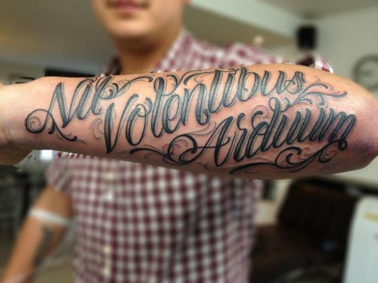 scritte tatuaggi uomo avambraccio maschile con citazione come tattoo