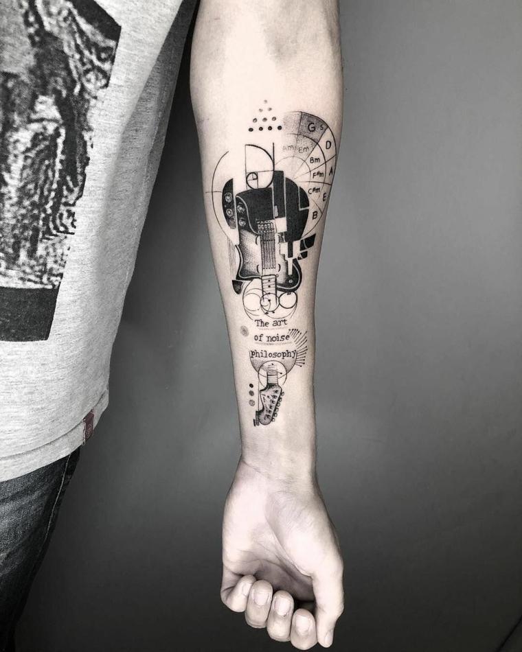 scritte tatuaggi uomo disegno avambraccio tattoo maglietta grigia con print