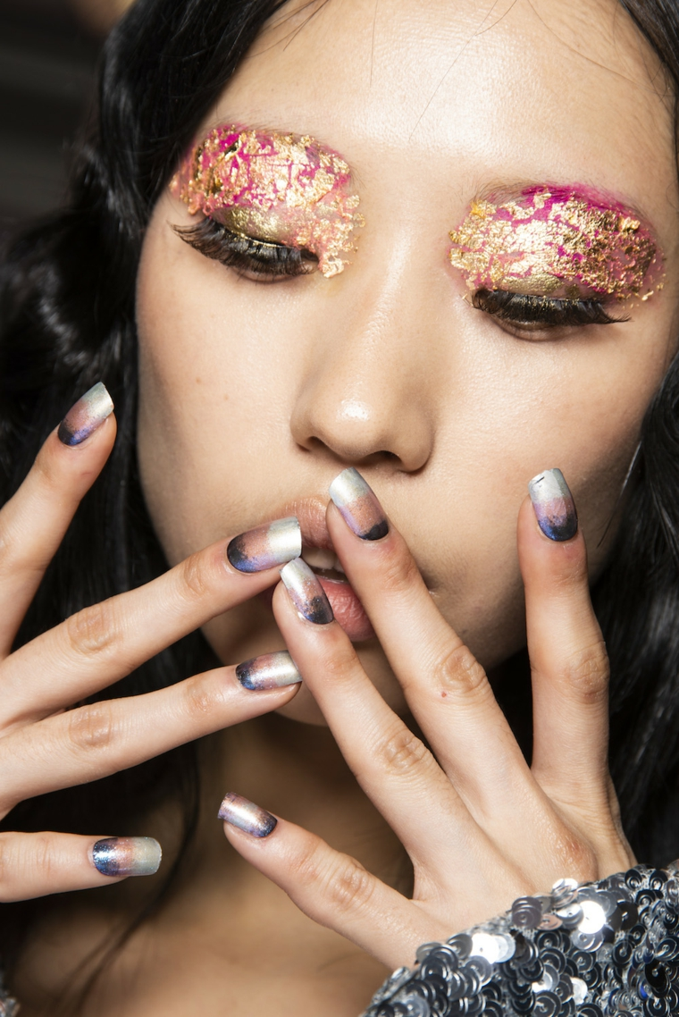 smalto semipermanente e colori graduali forma unghie- unghe quadrate donna con ombretto