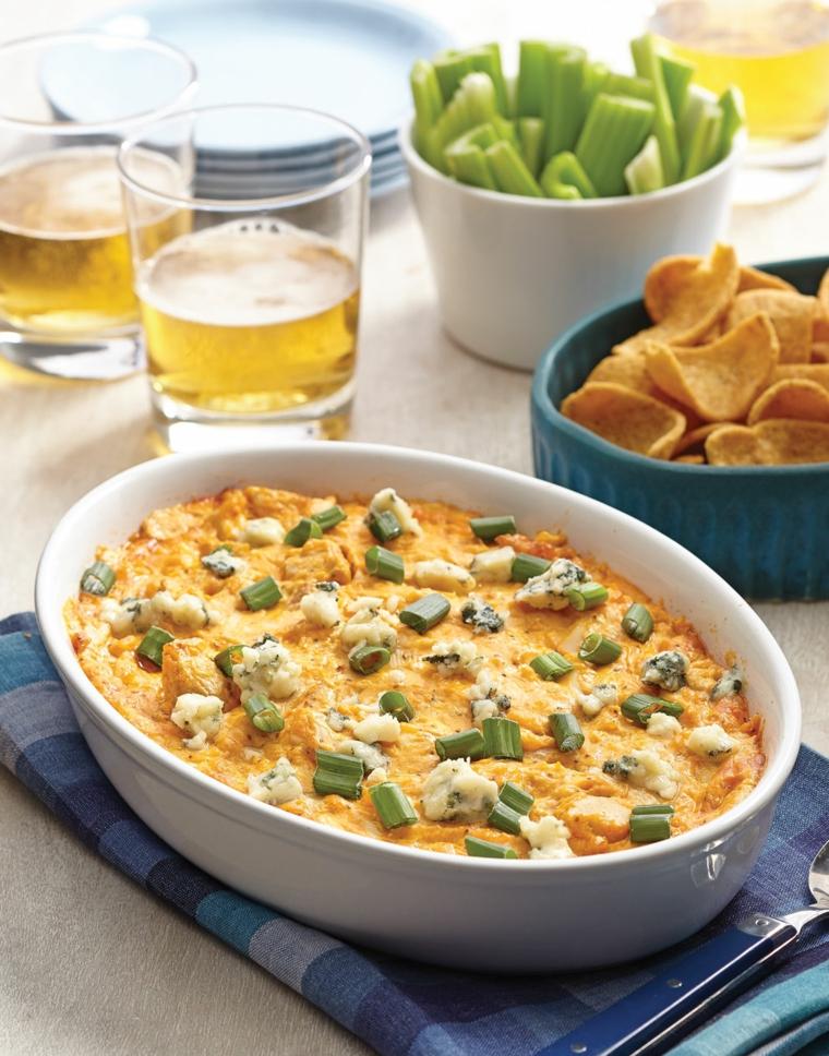stuzzichini per aperitivo bar teglia con verdure uova e formaggio tavolo con bicchieri di birra