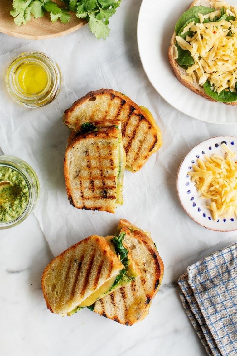 stuzzichini per aperitivo bar toast di pane con formaggio e spinaci piattino con pizzette
