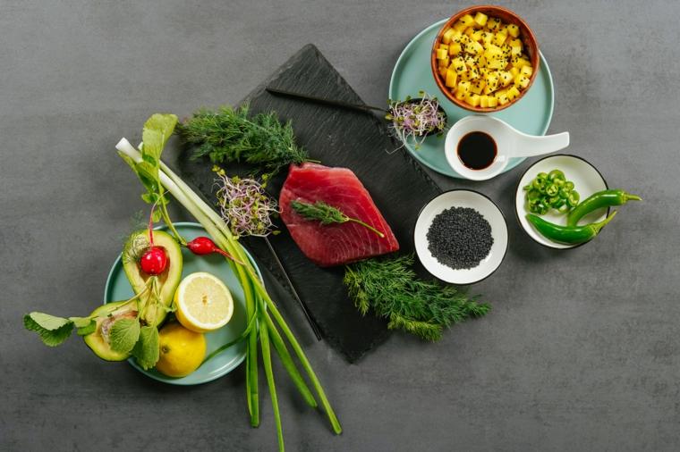 stuzzichini per aperitivo ingredienti ciotole tartare di tonno con peperoncino e avocado