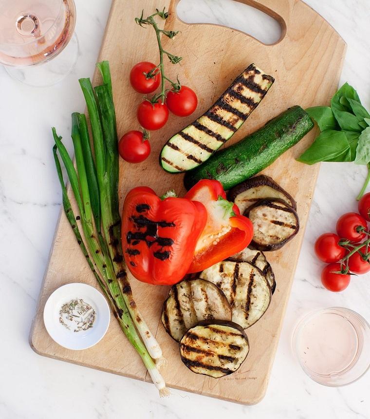 stuzzichini per aperitivo tagliere con verdure grigliate peperoni zucchine grigliate