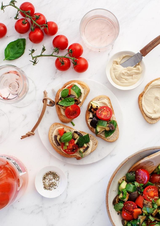 stuzzichini per aperitivo veloci senza cottura crostini di verdure bruschette con pomodorini