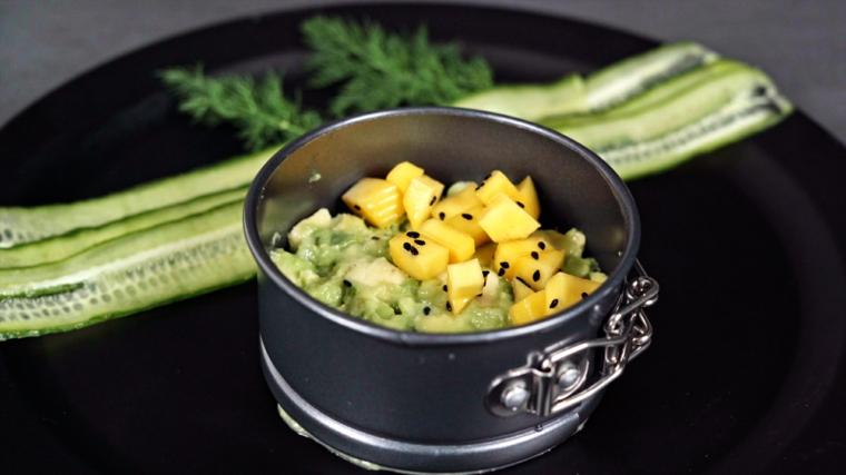 stuzzichini per aperitivo veloci senza cottura tartare di tonno decorazione piatto cetriolo