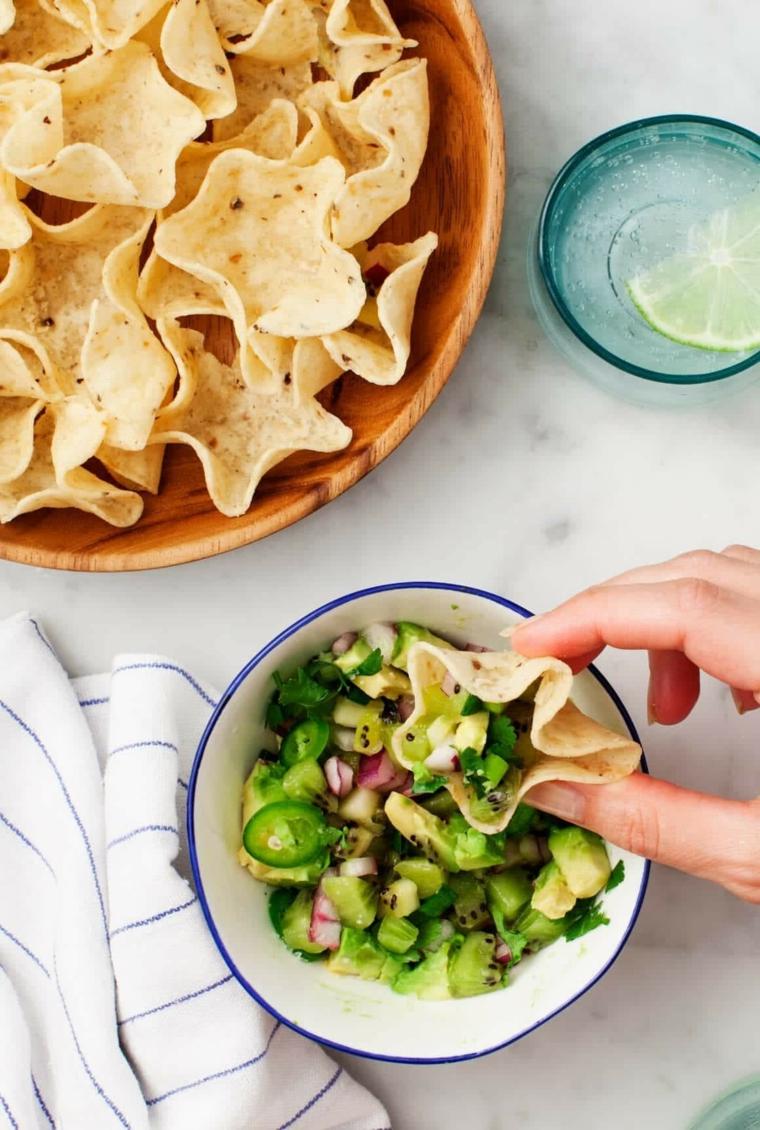taco con ciotola di verdure tagliate stuzzichini veloci ed economici per aperitivo