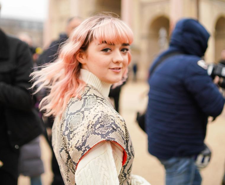 tagli e colore capelli 2020 acconciatura frangia colorazione biondo rosa