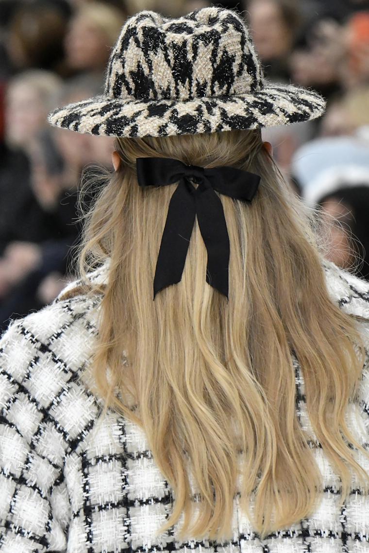 tagli e colori capelli 2020 biondi acconciatura fiocco cappello ragazza taglio sfilzato