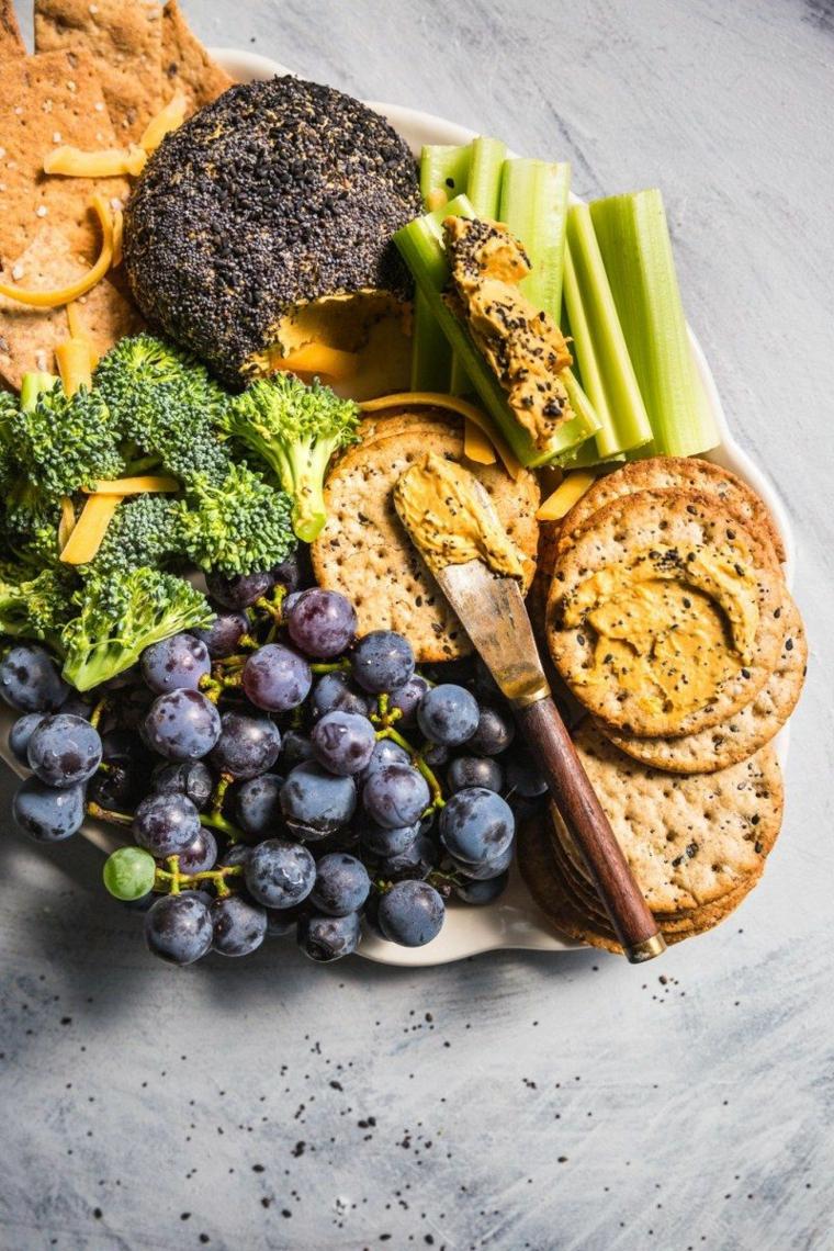 tagliere con frutta e verdura per aperitivo pane nero con salsa di peperoni e broccoli