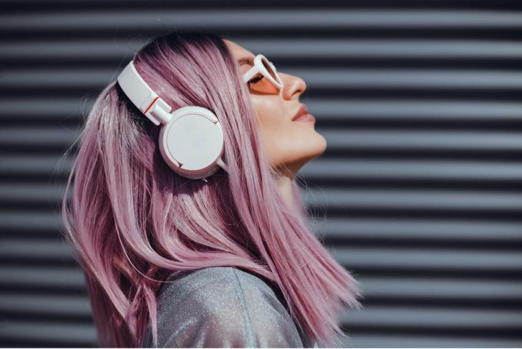 taglio capelli caschetto liscio colorazione viola rosa cuffie musica ragazza occhiali da sole