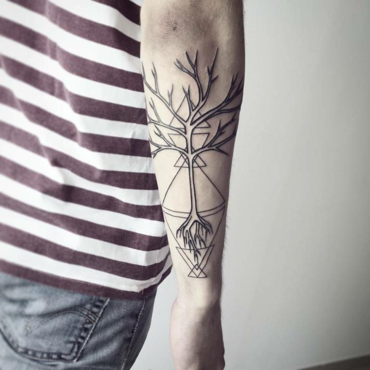 tatuaggi geometrici uomo tattoo con albero e un triangolo maglietta a righe rosse