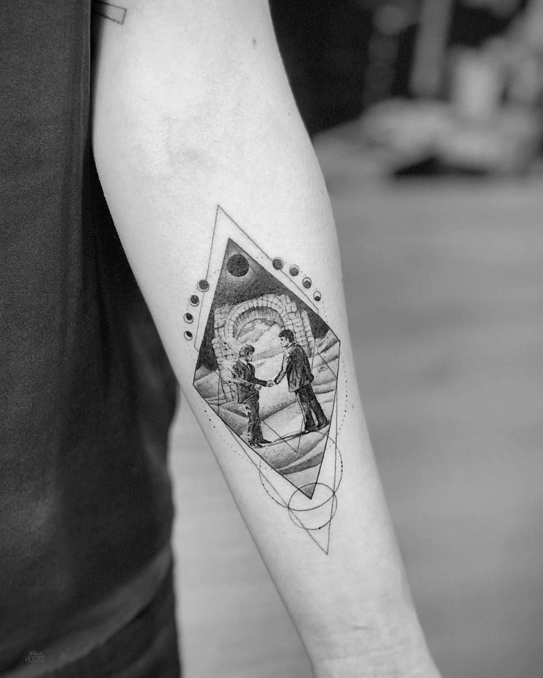 tatuaggi geometrici uomo tattoo con disegno di due uomini nel triangolo del sole