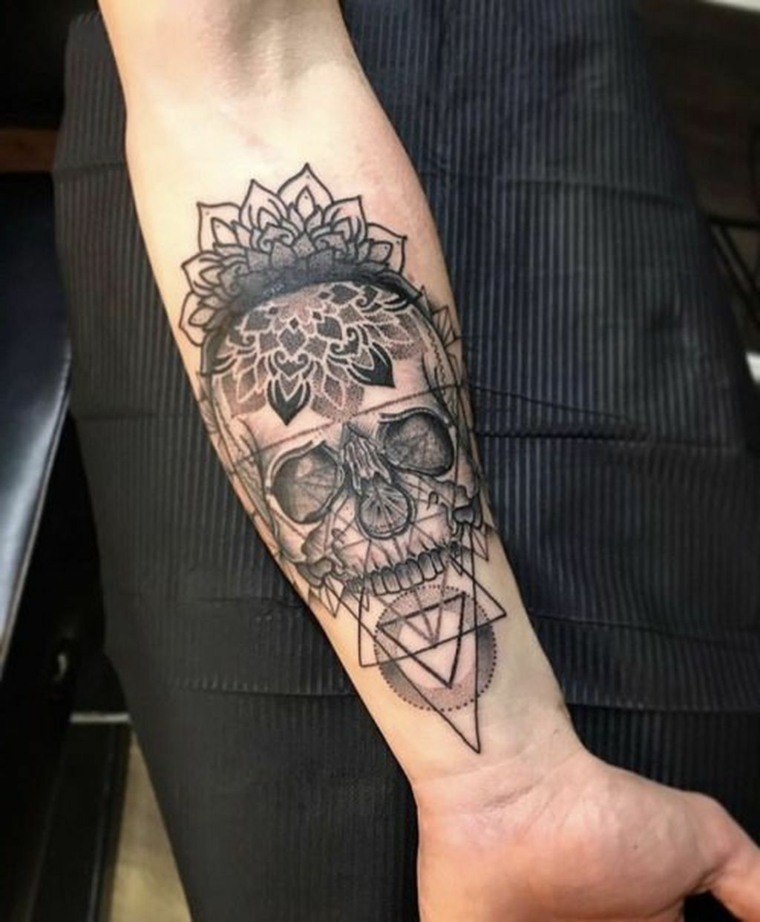 tatuaggi piccoli maschili uomo con un tattoo sull avambraccio con disegno teschio in triangoli