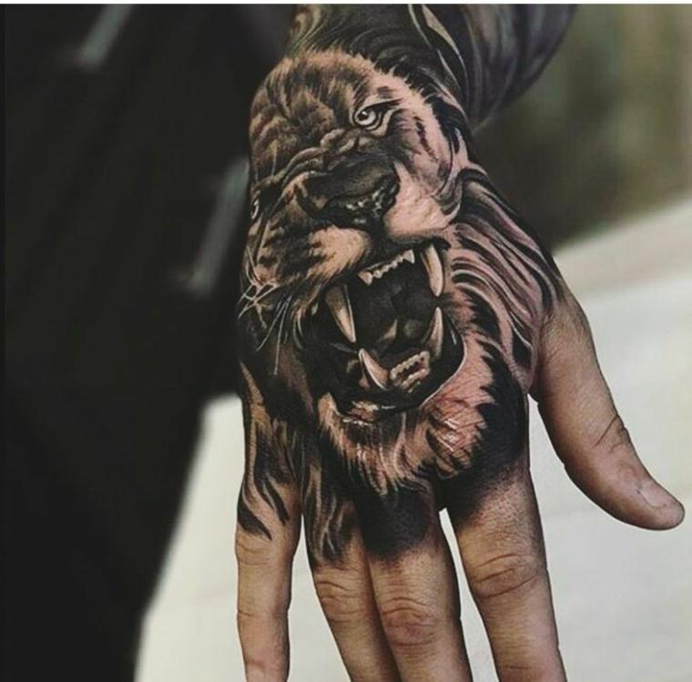 tatuaggi sulla mano uomo disegno tattoo di un leone con denti e occhi