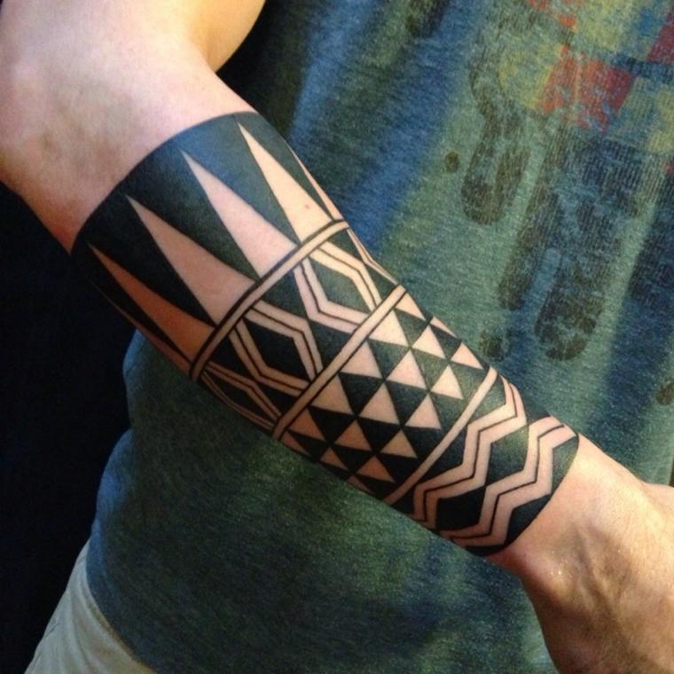 tatuaggio bracciale uomo braccio maschile con tattoo fascia con motivi maori