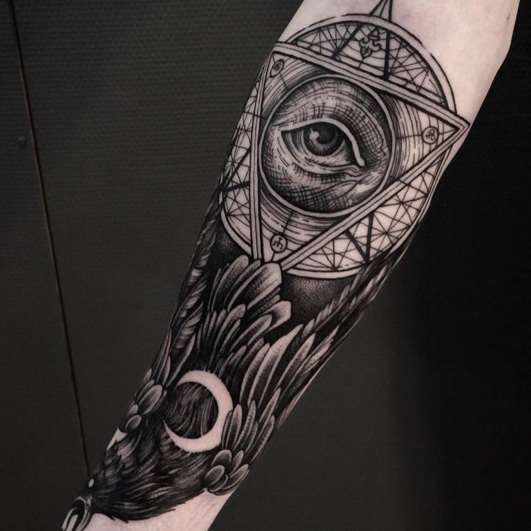 tatuaggio bracciale uomo tattoo con disegno occhio in un triangolo con piume intorno